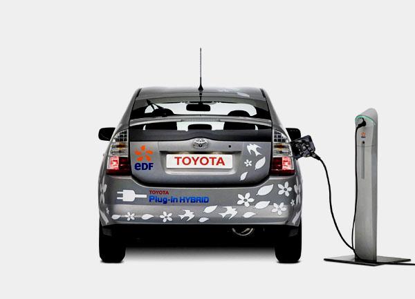 Na probíhajícím mezinárodním autosalónu v Detroitu Toyota oznámila, že chce do roku 2010 začít s prodejem hybridních vozů