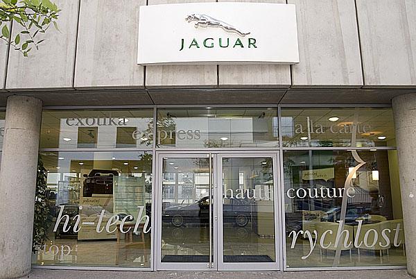 Vozy Land Rover a Jaguar vautosalonu na Radlické ulici v Praze 5