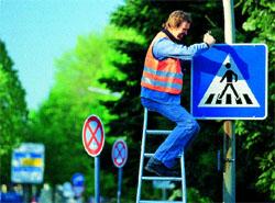 Dopravní značky: Německý les plechových stromů